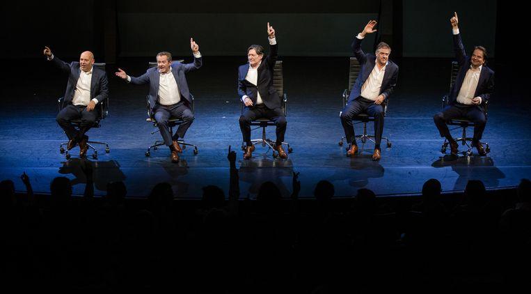 Acteurs Tom de Ket, George van Houts, Pierre Bokma, Leopold Witte en Victor Low tijdens de voorstelling 'De Verleiders III, door de bank genomen' Beeld ANP