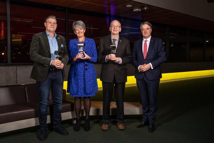 Mark Kapteijns,  Ans Buys en Gerard van Esch (vlnr) ontvingen de prijs uit handen van Wim van de Donk, voorzitter van het Brabants cultuurfonds.