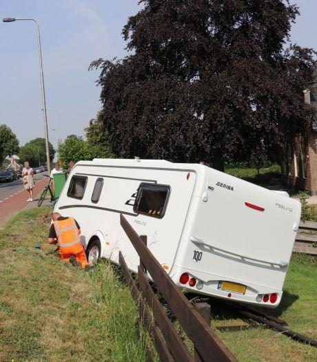 Caravan schiet los van auto bij Montfoort en knalt door tuinhek heen