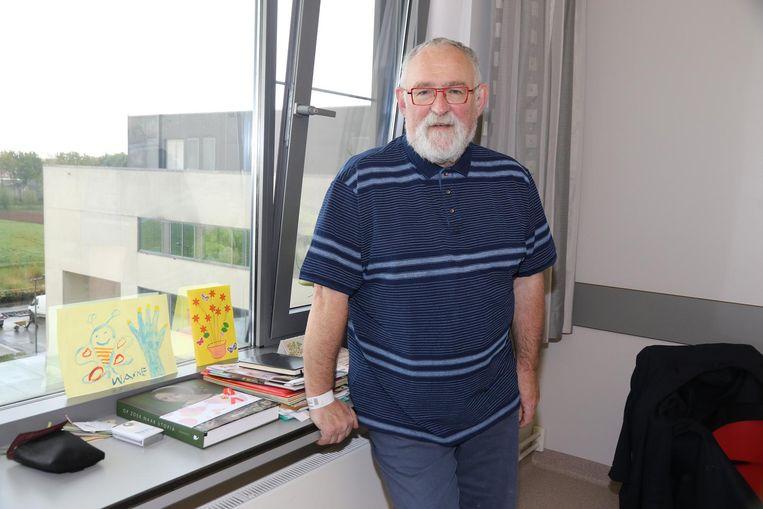 Jan Durnez in zijn ziekenhuiskamer bij enkele tekeningen van zijn kleinkinderen.