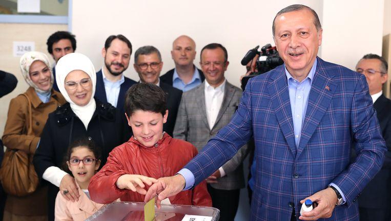 De Turkse president Erdogan met zijn vrouw en kleinkinderen. Beeld epa