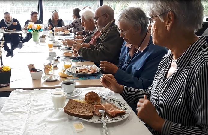 Geslaagde Roosendaalse lunch in week van de eenzaamheid, met de blauwe blouse rechts mevrouw Hopstaken-Van Wesel .