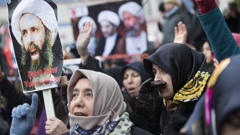 Shi'itische Turken demonstreren bij de Saudische ambassade in Istanbul tegen de executie van de geestelijke Nimr al-Nimr. Beeld epa