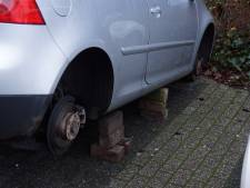 Auto in Kaatsheuvel op bakstenen gezet nadat banden zijn meegenomen