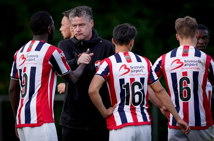 Trainer Arno Arts van de beloften van Willem II bedankt Karim Coulibaly na afloop van de wedstrijd tegen FC Eindhoven