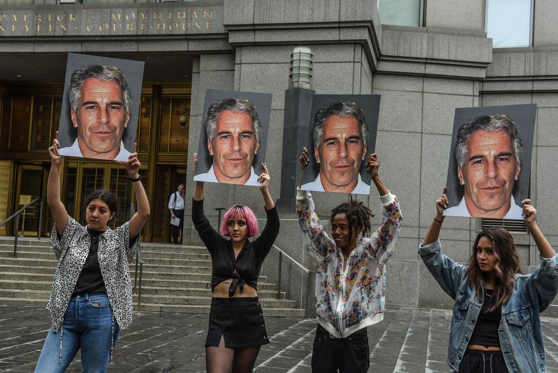 Protestgroep 'Hot Mess' houdt Jeffrey Epsteins beeltenis omhoog voor het gerechtsgebouw in New York.   Beeld null