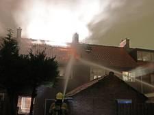 Zolder van uitgebrande woning in Emmeloord vat vlam