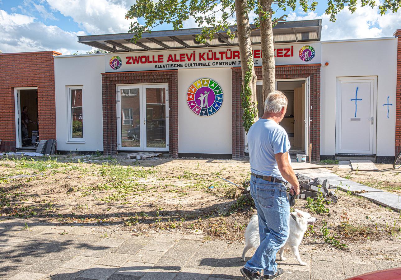 Het pand van de Alevitische Culturele Vereniging Zwolle is beklad met kruizen.