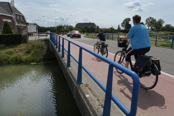 De brug bij Lingemeer is te krap voor fietsers