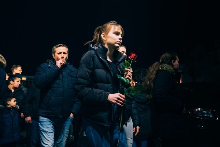 Mensen leggen rozen neer. Beeld null