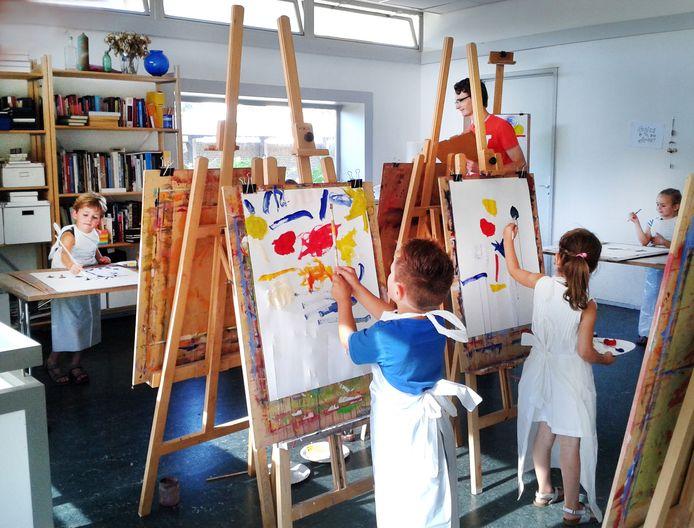 Kinderen van de BSO Kinderopvang Hoeksche Waard Oost bij Post 21 in Oud-Beijerland.