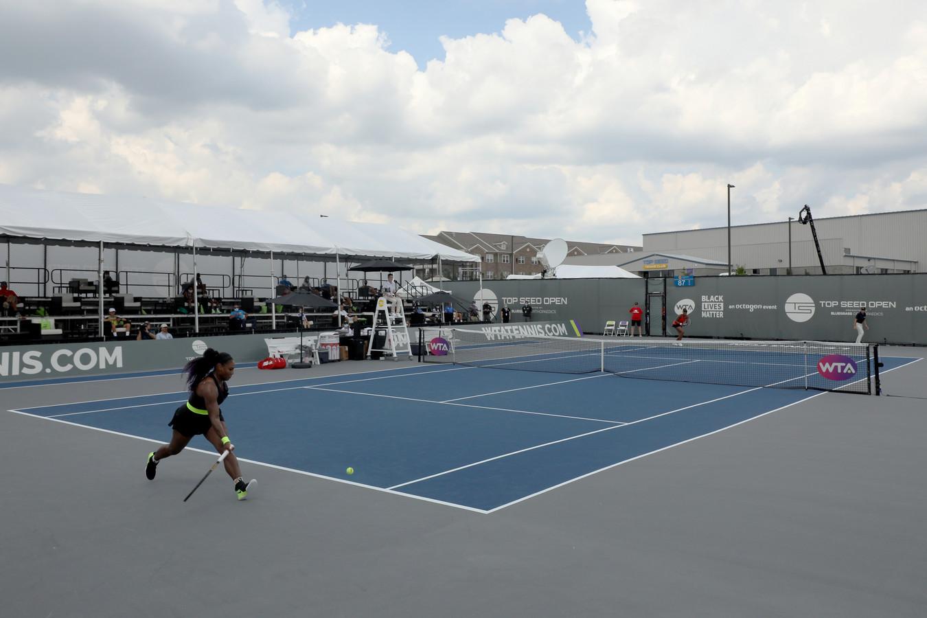Venus Williams en Serena Williams (voorgrond) in actie in in Lexington, Kentucky.