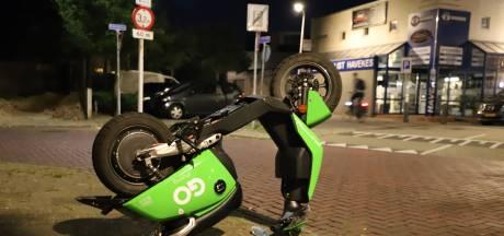 Groene deelscooters op eerste dag in Hengelo al op de kop gezet en besmeurd met vla