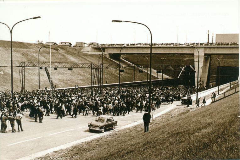 De zomer van 1969 was een legendarische mix van spektakel, hoop, plezier, verdriet en horror. Vijftig jaar geleden wandelde de eerste man op de maan, namen The Beatles hun laatste plaat op, won Eddy Merckx zijn eerste Tour en vermoordde Charles Manson de hippiedroom die twee jaar eerder tijdens 'the summer of love' begonnen was. In vijf etappes reizen we terug door die tijd, van de hel van Vietnam via Woodstock naar de basiliek van Koekelberg.