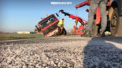Strooiwagen slipt en belandt in sloot  in Poperinge