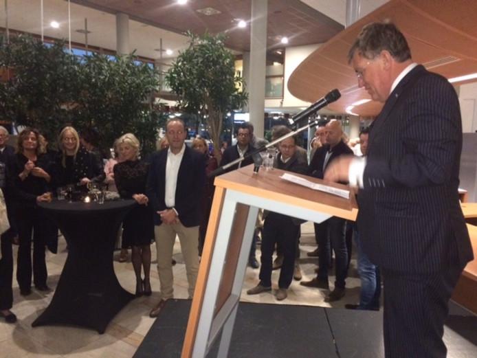 Burgemeester Henk Hellegers spreekt Ben Tuithof, op de achtergrond, toe tijdens de afscheidsreceptie in het gemeentehuis.
