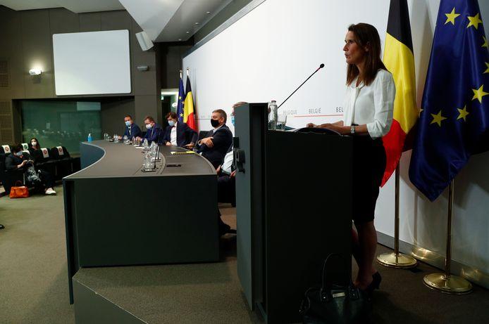 La Première ministre Sophie Wilmès, à l'avant-plan, lundi, en conférence de presse