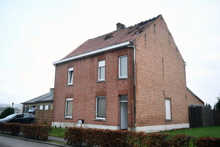 Het huurhuis van het gezin op de Aarschotsebaan. Boven aan het dak is de brandschade goed te zien.