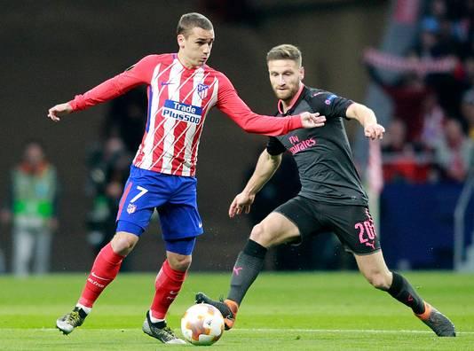 Antoine Griezmann van Atlético Madrid in duel met Shkodran Mustafi  van Arsenal tijdens de halve finale van de Europa League eerder deze maand. Arsenal ging door na 1-1 uit en 1-0 thuis.