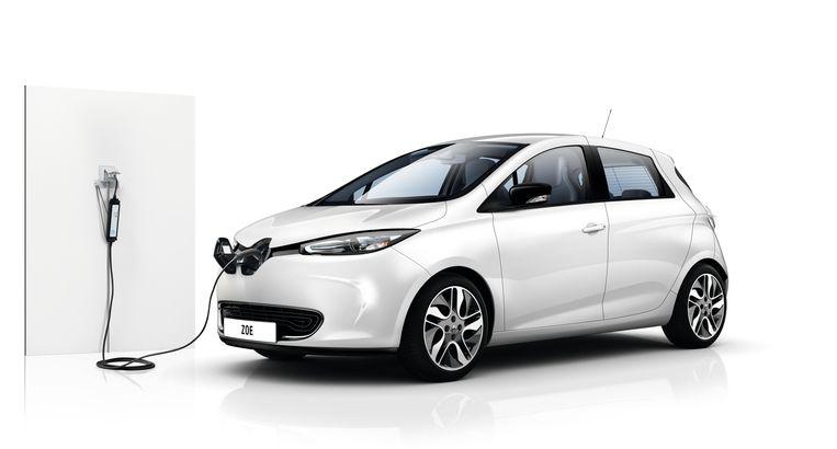 De Zoe heeft geen aansluiting voor een snellader, de accu kan dus niet rap worden bijgevuld langs de snelweg, wat een fors nadeel is. Wel heeft Renault een krachtige interne 3-fasenlader gemonteerd, wat betekent dat bij gewone laadpalen maximaal 22 kilowatt vermogen beschikbaar is (niet elke publieke paal levert dit vermogen, maar 11 kW is meestal haalbaar). Het vergt minimaal 2 uur en 40 minuten om een lege accu volledig te vullen. Beeld Renault