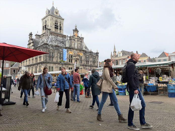 """Marktmeester Paul Nijhuis kan minder kramen kwijt, maar is erg blij dat het leven op de markt weer voorzichtig terugkeert. ,,We kunnen op de Markt, de Brabantse Turfmarkt en Burgwal zeventig kramen kwijt van vier meter breed."""""""