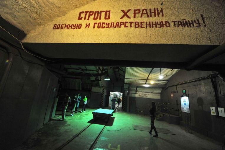 Oekraïne toverde het Balaklava-museum in 2003 om tot een museum gewijd aan de Koude Oorlog. Bezoekers, zoals hier in 2010, kregen rondleidingen over onder meer de gevaren van kernwapens.  Beeld AFP