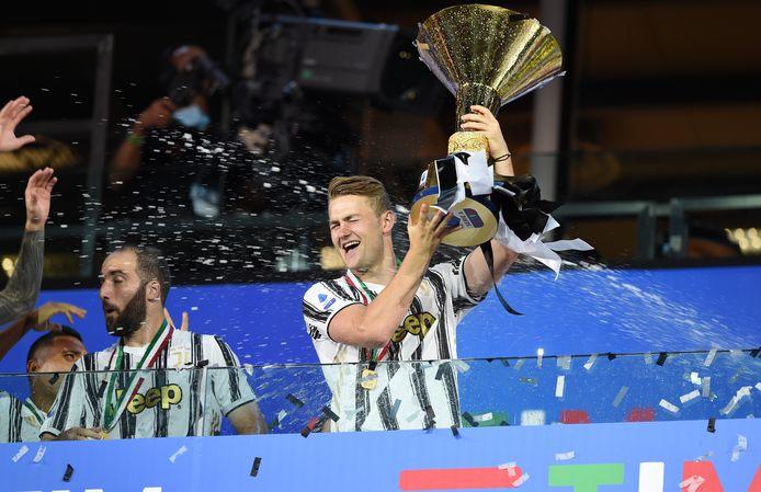Matthijs de Ligt zat niet bij de selectie, maar mocht na afloop wel de kampioensbeker omhoog houden.