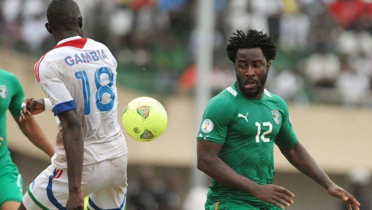 Gambia mag de komende jaren niet meer uitkomen in de Africa Cup. Hier zien we Wilfried Bony (r) namens Ivoorkust in actie tegen Gambia.