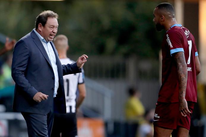 Leonid Sloetski geeft Jay-Roy Grot aanwijzingen in het duel van Vitesse met Heracles Almelo.