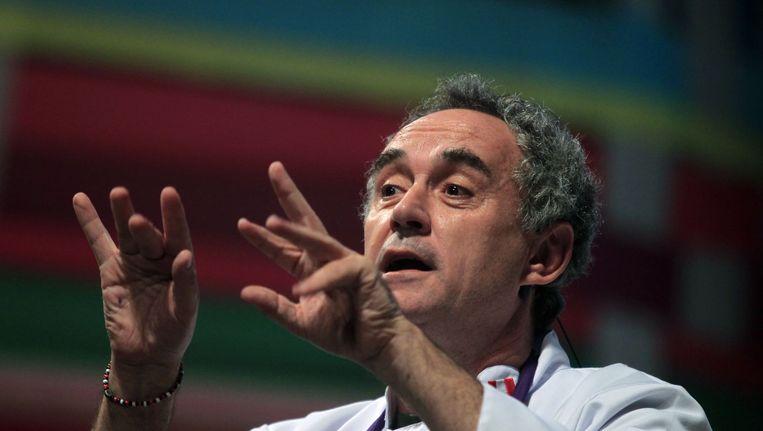 Ferran Adrià spreekt tijdens een bijeenkomt over gastronomisch koken in Lima, 2011. Beeld reuters