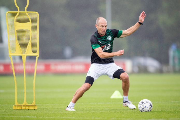 Robben in training op het veld van Groningen.