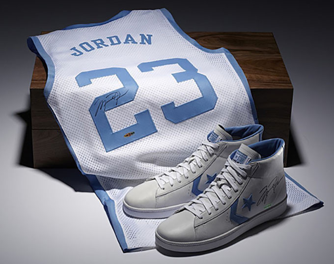 Lors de sa carrière universitaire, Michael Jordan était chaussé par Converse dont le contrat de 100.000 dollars par an a été jugé insuffisant lorsque ce dernier cherchait un équipementier pour son entrée en NBA.