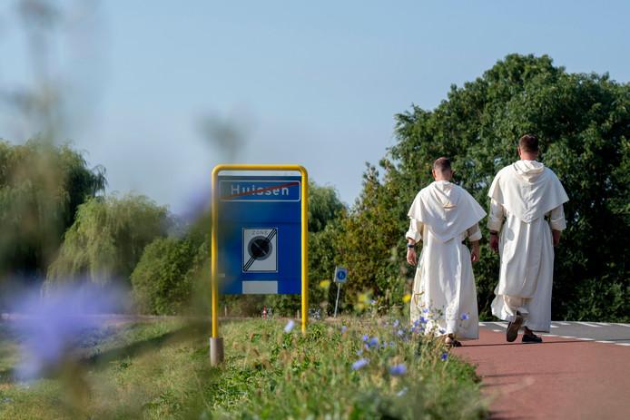 De dominicanen zijn maandag aan hun voettocht naar Rotterdam begonnen en laten Huissen definitief achter zich.