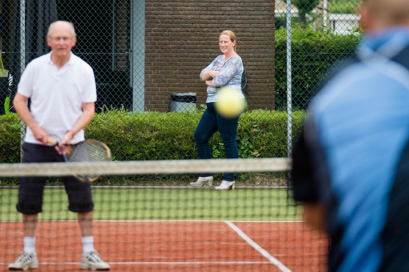Voorzitter Alice Wesselink van tennisvereniging Heino.