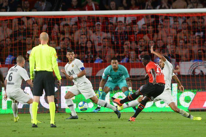 Mbaye Niang van Rennes scoort tegen PSG.