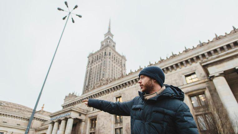 Janek Spiewak (29), voorman van activistencollectief 'De stad is van ons' voor het cultuurhuis in Warschau. Beeld Fabian Weiss