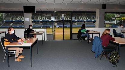 "Studenten KU Leuven trappen examens af in voetbalstadion OHL: ""Toch wel rustgevend zo'n uitzicht"""