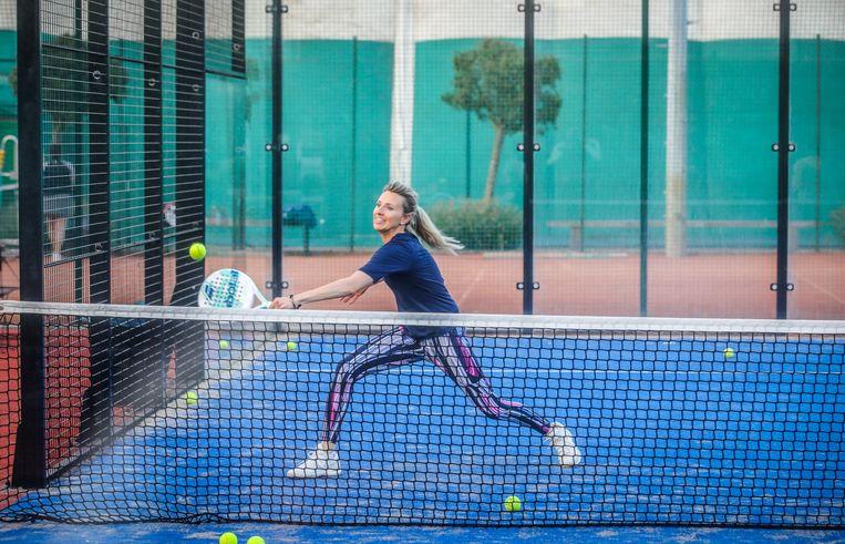 De cocktail van squash en tennis speel je op ommuurde terreinen - kleiner dan tennisvelden - en met z'n vieren. Het racket lijkt wat op de tennisvariant, al heeft het gaten in plaats van snaren.