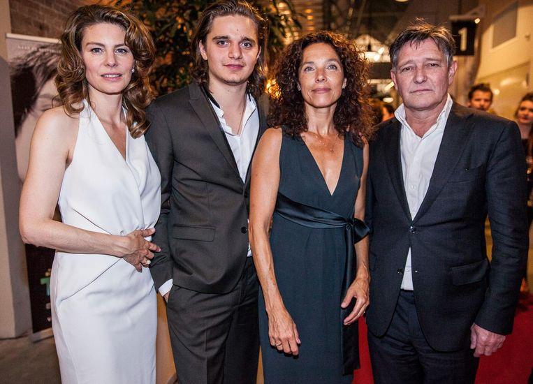 De hoofdrolspelers Rifka Lodeizen, Chris Peters en Pierre Bokma, en regisseur Paula van der Oest (tweede van rechts): 'Ik ben geïntimideerd, dankbaar en trots' Beeld Schuim