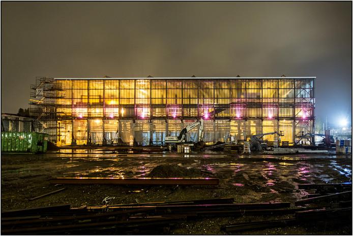 De LocHal in het donker, binnen wordt er druk doorgewerkt.