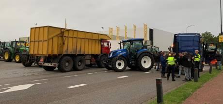 Boeren voeren actie bij distributiecentrum Jumbo, grote groep trekkers rijdt door Amsterdam