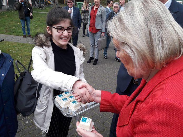 VVD-staatssecretaris Broekers-Knol kreeg tijdens haar bezoek aan het azc van Oisterwijk in april een gebakje van een leerlinge van de asielzoekersschool.