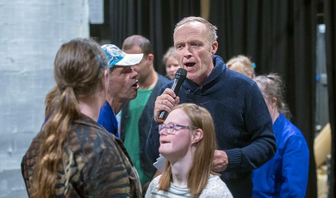 Stef Bos repeteert met leden van Momo theaterwerkplaats.