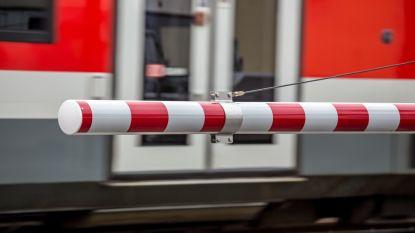 Vrouw steekt sporen over op zoek naar toilet en wordt gegrepen door trein