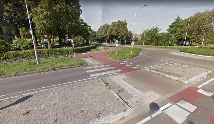 De kruising Westermeenweg/Weiburglaan krijgt onderhoudsvriendelijker beton in plaats van klinkers.