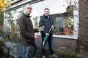 Initiatiefnemer Niek Huijsmans van Togethy (links) en gebruiker Martijn met een onkruidverbrander die via de app te lenen is.