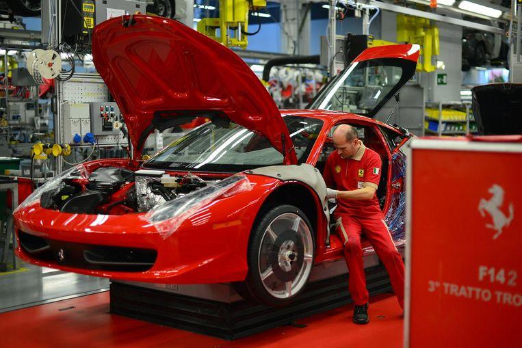 Een monteur werkt aan een Ferrari in de fabriek in Maranello. Dankzij de fabrikant is het boerendorp sinds 1947 veranderd in een stad voor ingenieurs en technici. Een industrieel centrum vol zelfvertrouwen in het hart van het naoorlogse Italië. Beeld getty
