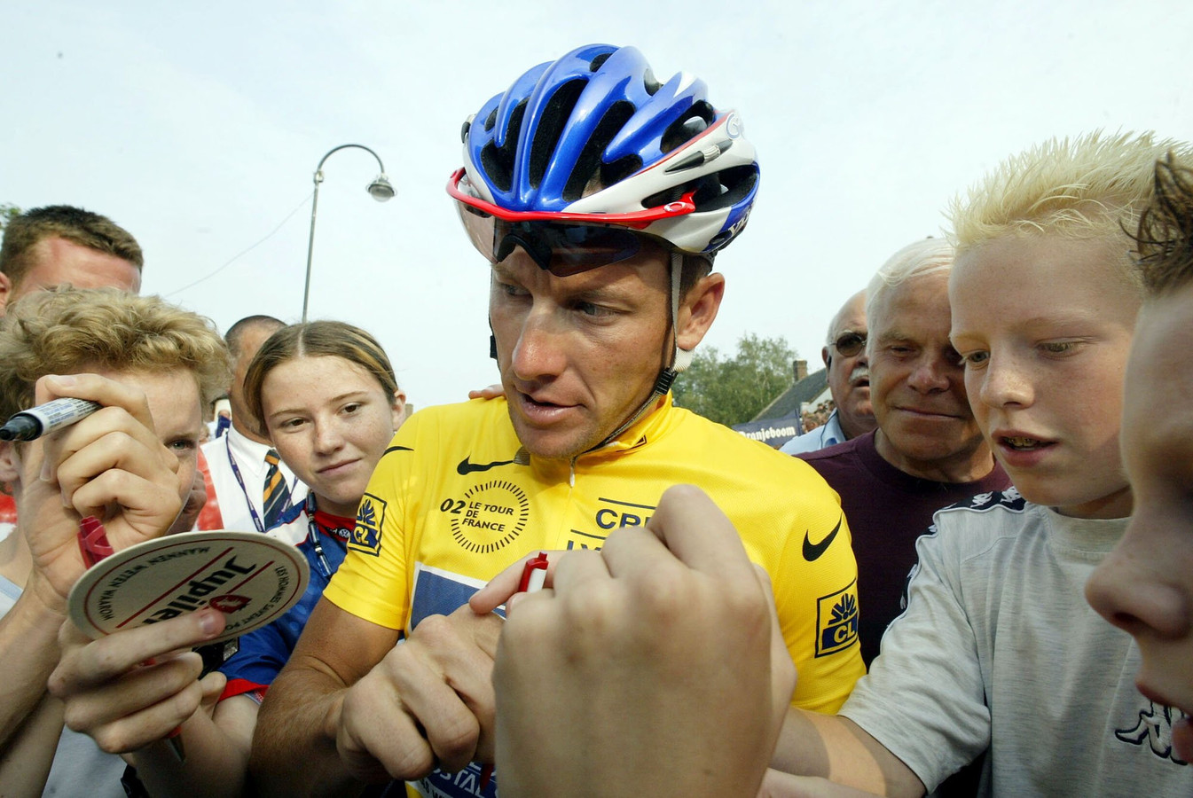 Lance Armstrong tussen zijn fans in Chaam in 2002.