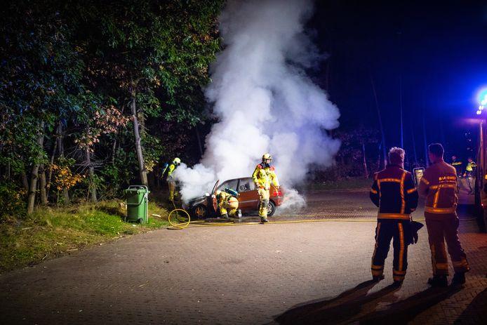 Het snelle blussen van de brand kon niet voorkomen dat de auto grotendeels verwoest werd.