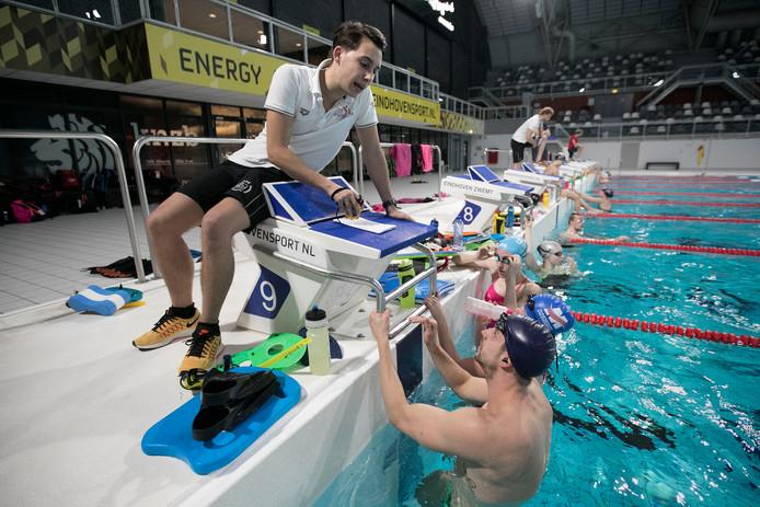 Geert Janssen geeft tijdens de training aanwijzingen aan onder anderen Joeri Verlinden. Foto Kees Martens/fotomeulenhof
